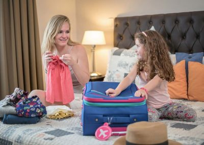 dormitorio-madre-e-hija-empacando