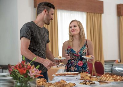 pareja-desayuno